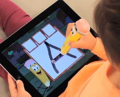 Mr. Pencilスタイラスでアルファベットを書く子供